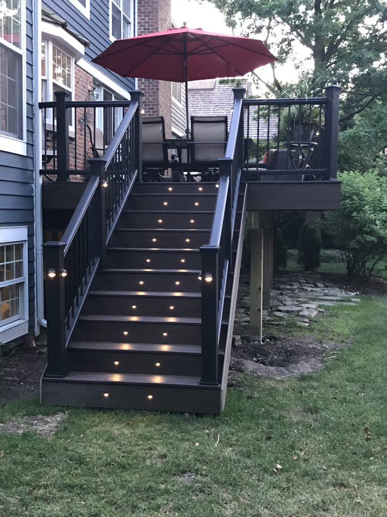 Libertyville IL deck builder- Deck lights on stairs